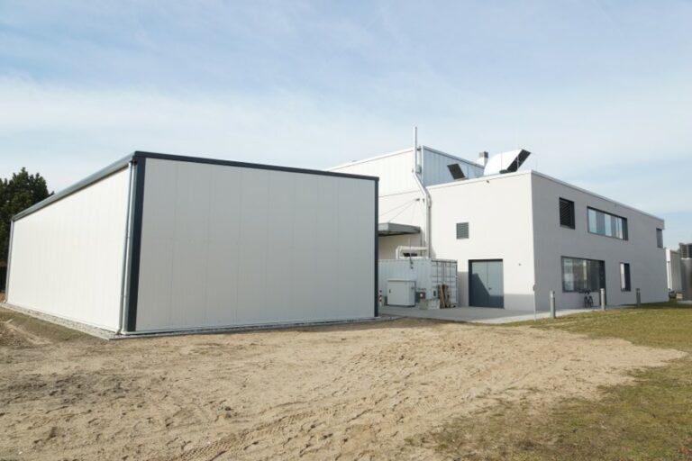 Foto Celitement: Lager- und Werkstatthalle im Anschluss der Pilotanlage
